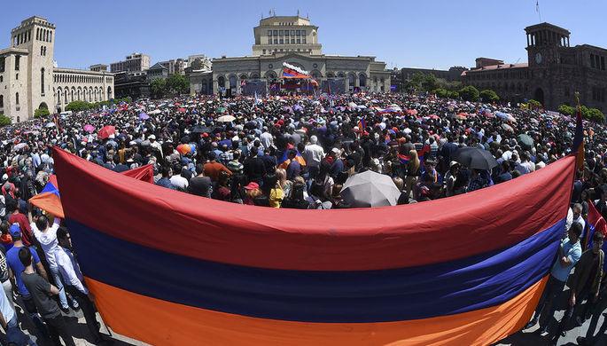 Сторонники армянского оппозиционного лидера Никола Пашиняна во время митинга в центре Еревана, 1 мая...