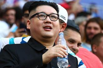Двойник главы КНДР Ким Чен Ына, актер Говард Икс на трибуне во время матча группового этапа чемпионата мира по футболу между сборными Уругвая и России