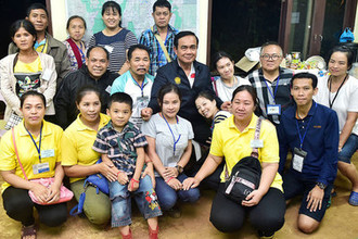 Премьер-министра Прают Чан-Оча с родными детей, заблокированных в пещере Кхао Луанг в Таиланде, 9 июля 2018 года