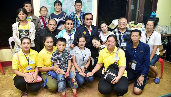 Премьер-министра Прают Чан-Оча с родными детей, заблокированных в пещере Кхао Луанг в Таиланде, 9...