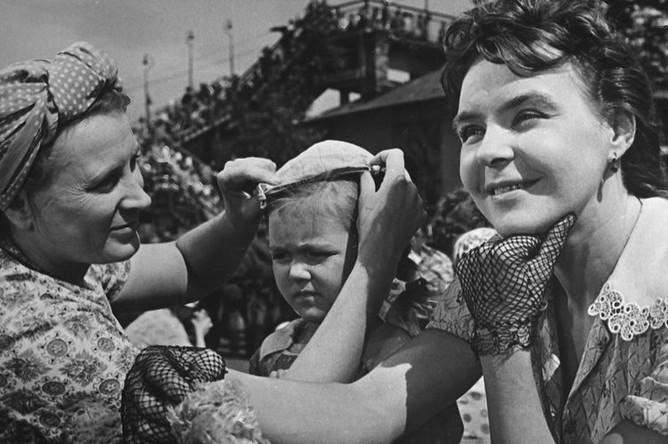 Кадр из фильма «Вступление». Мать Вали и Люси — актриса Любовь Соколова (слева), Люся — школьница Лида Волкова, мать Володи --актриса Нина Ургант, 1964 год