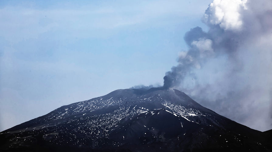 Вид на вулкан Этна на Сицилии, 19 апреля 2020 года