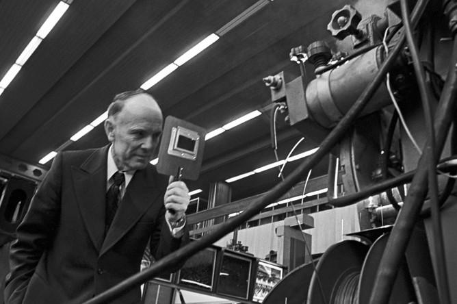 Директор института электросварки имени Е.О.Патона Борис Патон наблюдает за работой сварочного агрегата, 1978 год