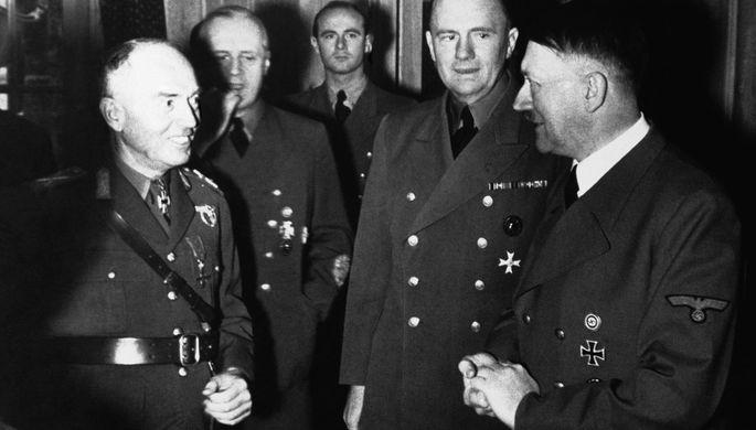 Рейхсканцлер Германии Адольф Гитлер (справа) и кондукэтор Румынии маршал Йон Антонеску во время переговоров 16 января 1943 года. В центре — министр иностранных дел Германии Иоахим фон Риббентроп