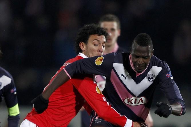 Лиссабонец Родерик пытается сдержать Шейка Диабате из «Бордо»