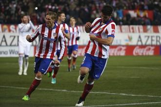 Фернандо Торрес (слева) и Рауль Гарсия отмечают первый гол «Атлетико» в дерби