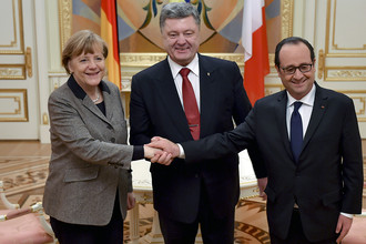 Канцлер Германии Ангела Меркель, президент Украины Петр Порошенко и президент Франции Франсуа Олланд (слева направо) во время встречи