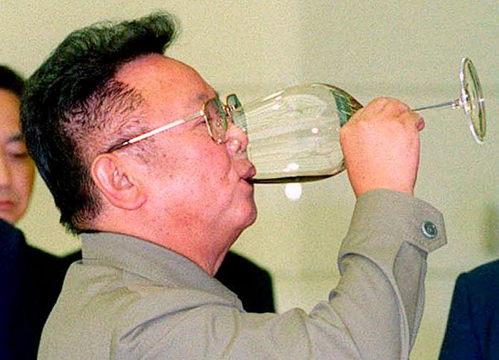 Ким Чен Ир с бокалом в ходе межкорейской встречи, 2000 год