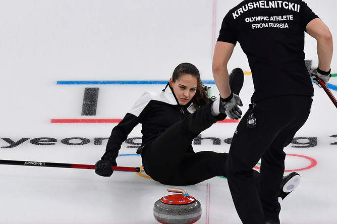 Керлингистка команды олимпийских спортсменов из России Анастасия Брызгалова во время игры с Норвегией за бронзовую медаль в соревнованиях микст-дуэтов на XXIII зимних Олимпийских играх, 13 февраля 2018