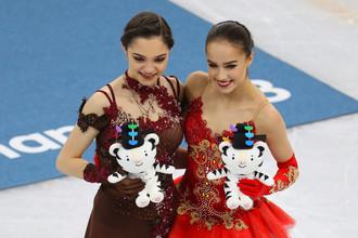 Алина Загитова (справа) и Евгения Медведева на пьедестале почета