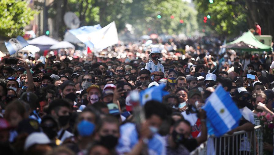 Люди на улицах Буэнос-Айреса во время церемонии прощания с Диего Марадоной в президентском дворце, 26 ноября 2020 года