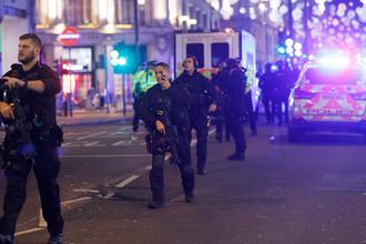 Сотрудники полиции на Оксфорд-стрит в Лондоне, 24 ноября 2017 года