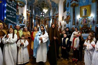 Рождественская месса в одной из церквей городе Дятлово, Белоруссия, 25 декабря 2017 год