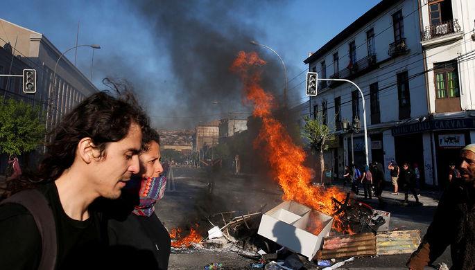 «Могущественный враг»: почему в Чили жгут метро и магазины