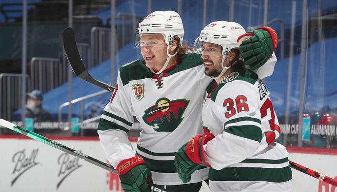 Кирилл Капризов (слева) празднует шайбу Матса Зукарелло