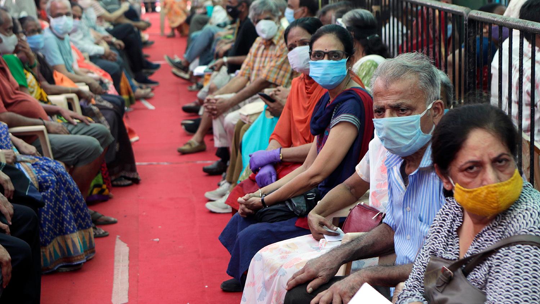 Очередь на вакцинацию в Мумбаи