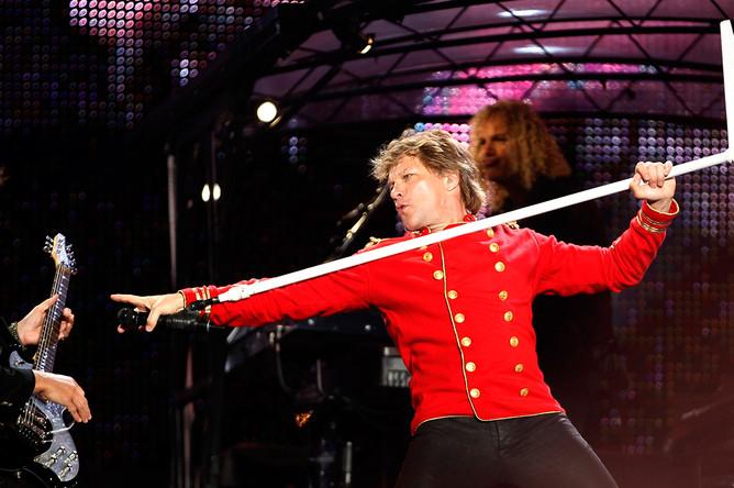 Джон Бон Джови во время концерта в Барселоне в рамках европейского тура, 2011 год