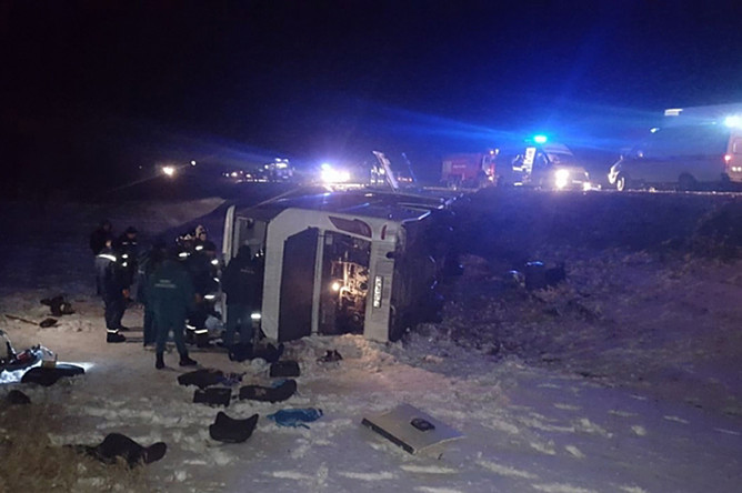Экстренные службы на месте опрокидывания автобуса в кювет в Ростовской области, 31 января 2018 года