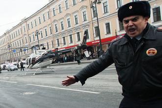 03 апреля 2017 года. Сотрудник полиции у станции метро «Технологический институт» в Санкт-Петербурге, где произошел взрыв