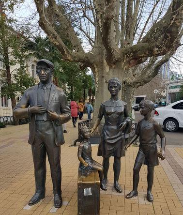 Скульптурная группа, изображающая героев кинофильма «Бриллиантовая рука», в морском порту Сочи