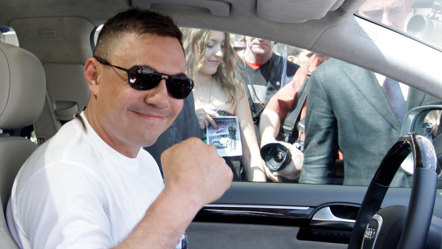 Боксер Константин Цзю перед стартом благотворительного спортивного автопробега, 2009 год