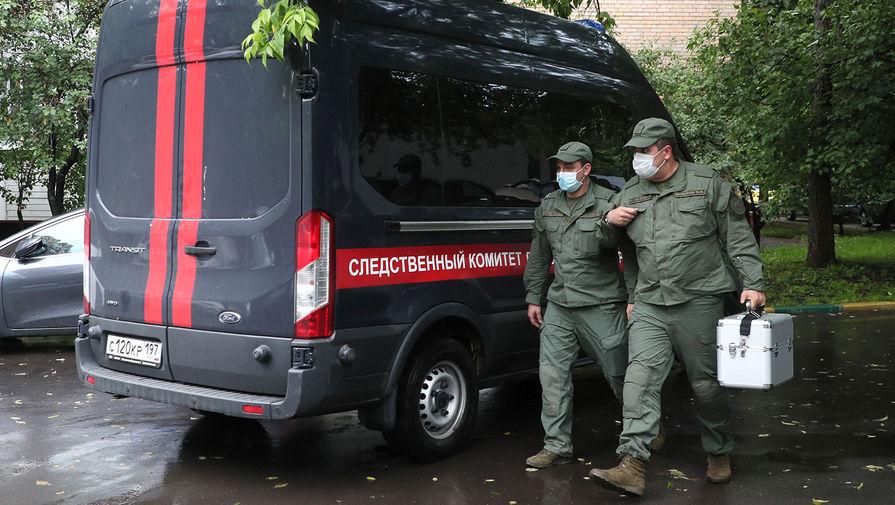 Автомобиль СК РФ и криминалисты у подъезда жилого дома на улице Приорова, 38, 18 июня 2020 года