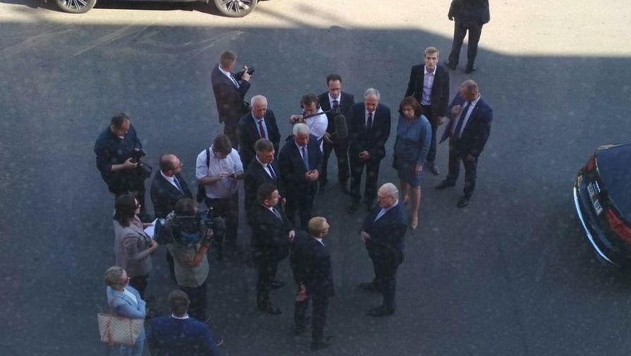 Александр Лукашенко с сыном Николем (вверху справа) во время посещения МЗКТ, 17 августа 2020 года