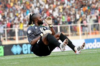 Голкипер сборной ДР Конго Мутепа Кидиаба самозабвенно празднует гол партнеров по команде