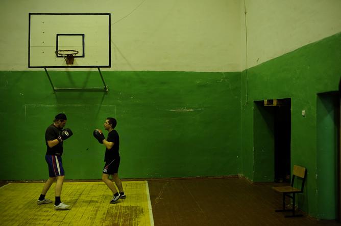 Священник-боксер отец Сергий Акимов тренирует своих воспитанников в школьном спортзале