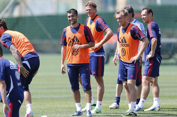 Футболисты сборной России подходят к тренировке с хорошим настроением.