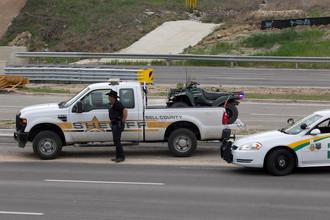 Полиция проводит проверки автомобилей на дороге у въезда на военную базу Форт Худ в штате Техас