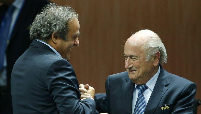 Мишель Платини (слева) был отстранен от своей работы в ФИФА на 90 дней вслед за Блаттером