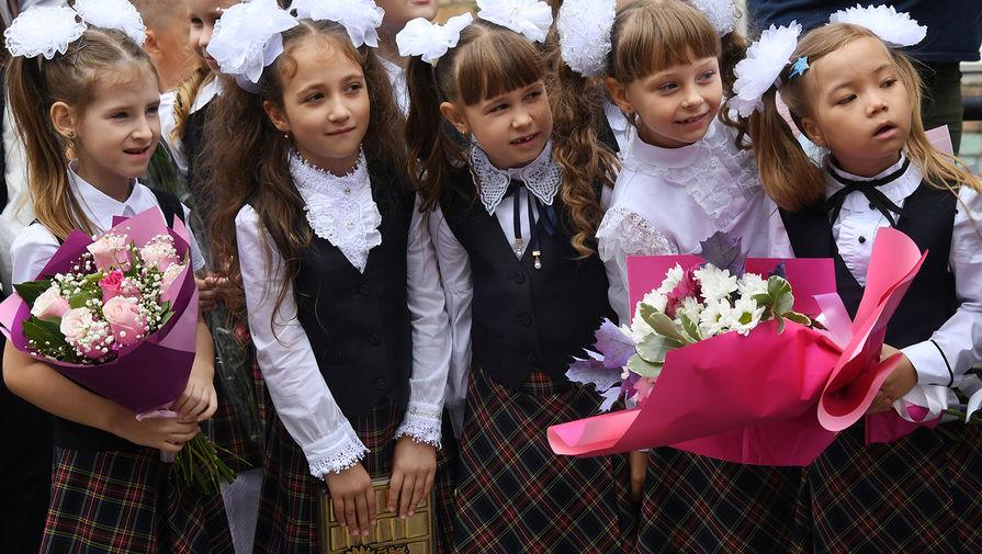 Первоклассники во время линейки в филиале школы №82 во Владивостоке, 1 сентября 2020 года