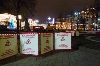 Металлическими заграждениями перекрыт сквер за памятником Карлу Марксу