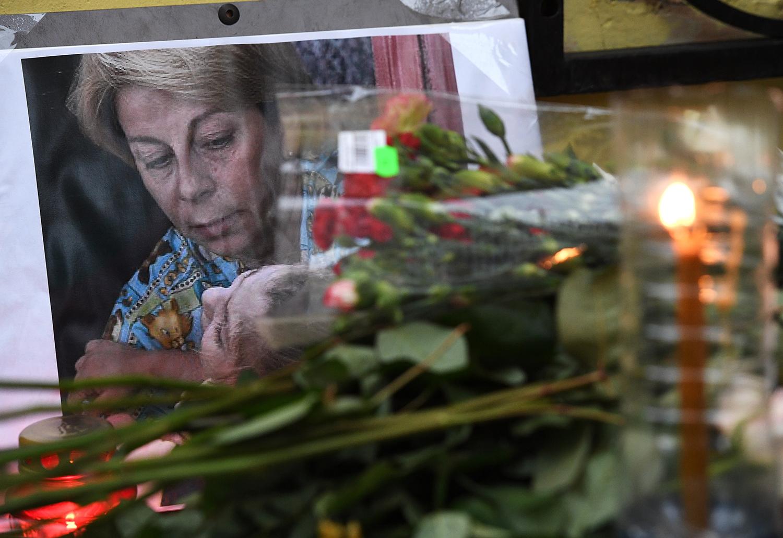 Цветы у офиса международной общественной организации «Справедливая помощь» в память об...