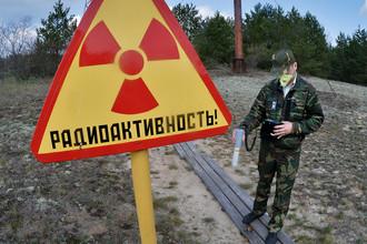 Сотрудник Полесского государственного радиационно-экологического заповедника в секторе зоны отчуждения Чернобыльской АЭС в Белоруссии, 2016 год
