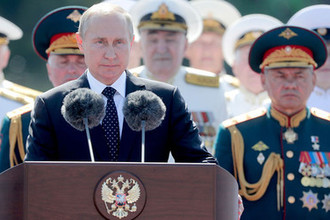 Президент РФ Владимир Путин и министр обороны РФ Сергей Шойгу во время главного военно-морского парада в честь Дня ВМФ России