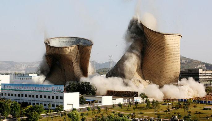 Снос градирен на электростанции в Цзаочжуане, провинция Шаньдун, сентябрь 2018 года