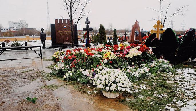 Могила певицы Юлии Началовой на Троекуровском кладбище в Москве
