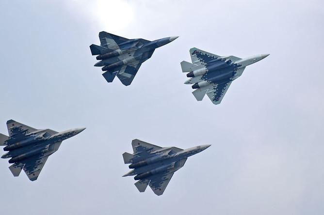 Российские многофункциональные истребители Су-57 совершают полет на Международном авиационно-космическом салоне МАКС-2019