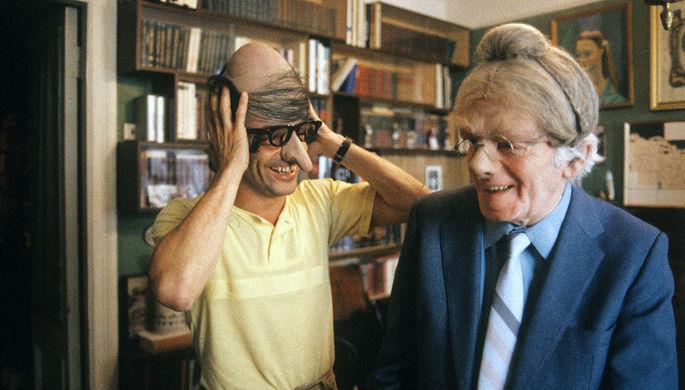 Аркадий Райкин с сыном Константином Райкиным в театральных масках, 1987 год