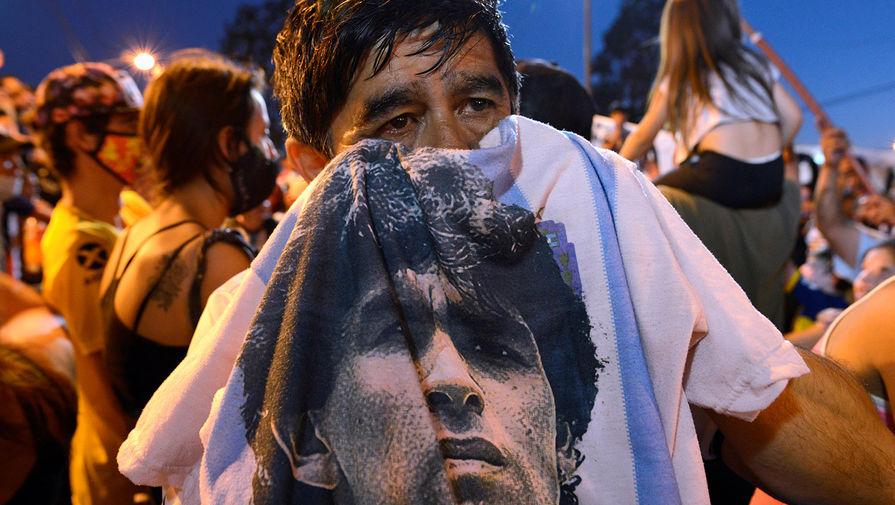 Жители Буэнос-Айреса у морга, куда привезли тело Диего Марадоны, 25 ноября 2020 года