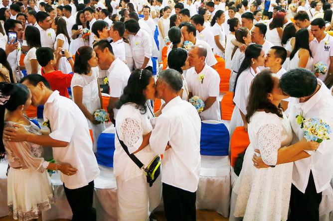Массовая свадьба состоялась в преддверии Дня святого Валентина на Филиппинах. Клятвы верности произнесли около 350 пар. Церемония прошла под патронажем мэрии Манилы