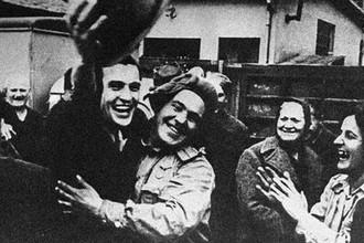 Освобождение Югославии от немецко-фашистских захватчиков. Белградская операция, сентябрь-октябрь 1944 г. Жители Белграда встречают советских воинов