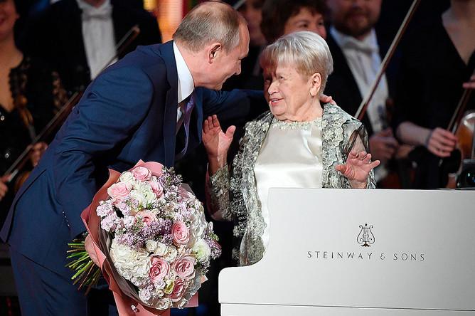 Президент РФ Владимир Путин и композитор Александра Пахмутова на юбилейном вечере в Большом театре России