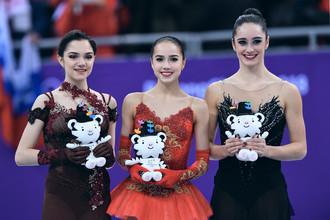Алина Загитова, Евгения Медведева и Кейтлин Осмонд на пьедестале почета