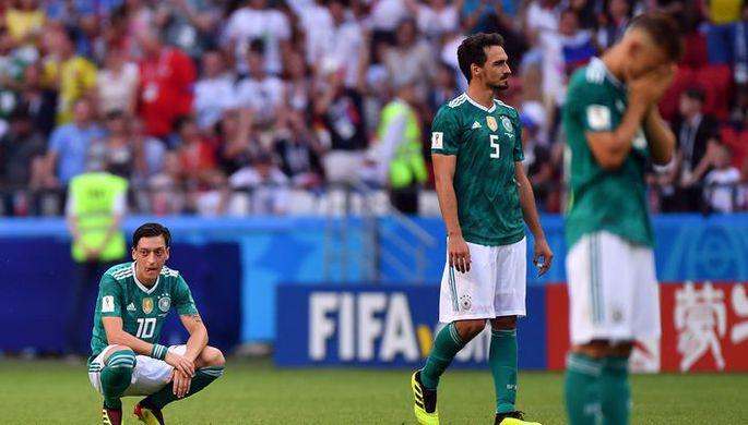 Футболисты сборной Германии Месут Озил и Матс Хуммельс