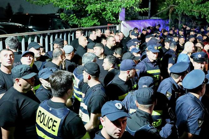 Сотрудники полиции во время стихийной акции против телеканала «Рустави 2» в Тбилиси, 8 июля 2019 года