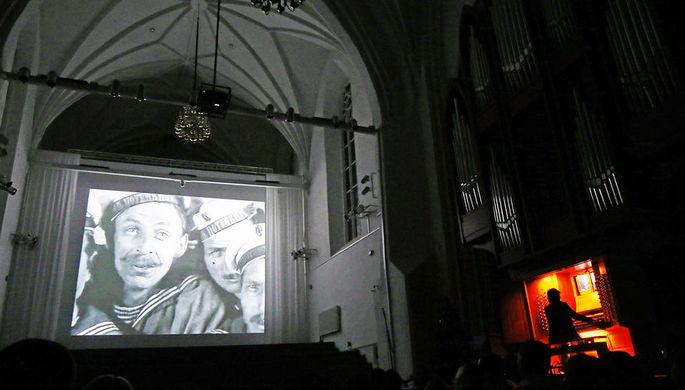 Центральный неф Калининградского кафедрального собора во время показа фильма «Броненосец Потемкин» в органном сопровождении, 2013 год