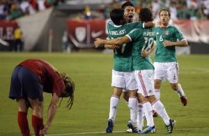 Мексиканцы радуются забитому мячу
